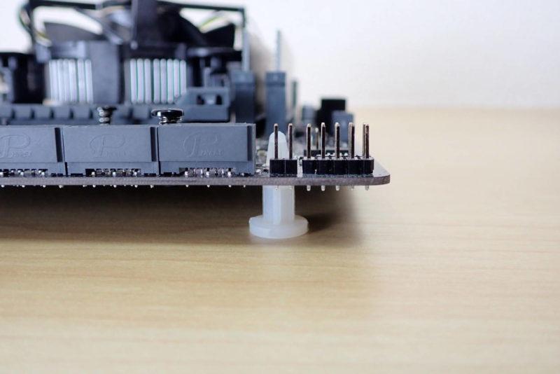 JONSBO V4 PCケースのマザーボードを支えるプラスチック固定ピン